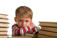 Vermoeid jong geitje met boeken Royalty-vrije Stock Afbeelding