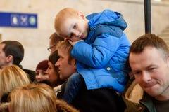 Vermoeid jong geitje, tijdens de vergadering van tennisteam latvia met fans royalty-vrije stock afbeeldingen