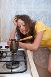 Vermoeid meisje dat koffie voorbereidt Stock Afbeeldingen
