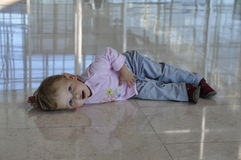 Vermoeid meisje dat op de vloer ligt Royalty-vrije Stock Foto's