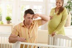 Vermoeid papa het bevestigen bed voor baby Stock Foto
