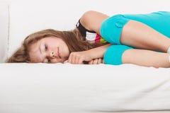 Vermoeid uitgeput lui meisjejong geitje die op bank liggen stock afbeeldingen