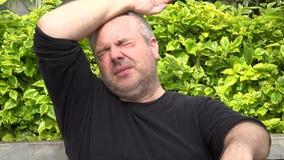 Vermoeid vet volwassen mannetje stock footage