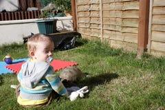 Vermoeid weinig jongen met een schildpad Stock Fotografie