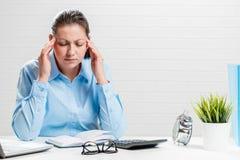 Vermoeide accountant met migraine royalty-vrije stock foto