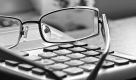 Vermoeide Accountant Objects, Glazen en Calculator stock foto