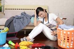 Vermoeide Aziatische huisvrouw stock foto's