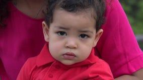 Vermoeide Babyjongen die Plechtig voelen stock video