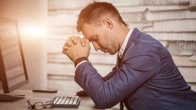 Vermoeide bedrijfsmens die bij werkplaats in bureau zijn hoofd op handen houden Slaperige arbeider vroeg in de ochtend na laat -  Stock Foto's