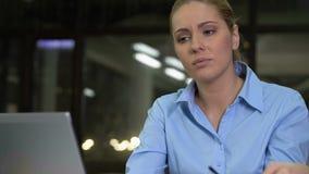 Vermoeide bedrijfsvrouw die ogenspanning voelen die het voorcomputerscherm, gezondheid werken stock videobeelden