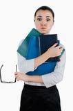 Vermoeide bedrijfsvrouw met omslagen en glazen voor visie in haar Stock Fotografie