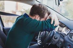 Vermoeide bestuurder in de auto Royalty-vrije Stock Foto's