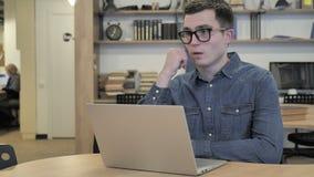 Vermoeide Creatieve Mensenslaap op het Werk stock videobeelden