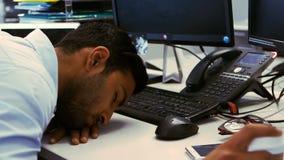Vermoeide directeurslaap op zijn bureau stock video