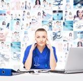 Vermoeide en gedeprimeerde arts in medisch bureau Royalty-vrije Stock Foto