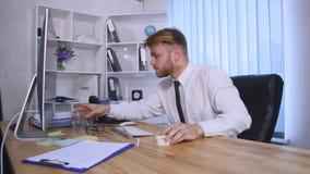 Vermoeide en Overgewerkte Zaken Person Taking Pills Suffering een Grote Hoofdpijn stock footage