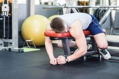 Vermoeide en wanhopige mensen bij de gymnastiek stock fotografie