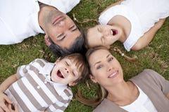 Vermoeide familie die in een park ligt Royalty-vrije Stock Afbeelding