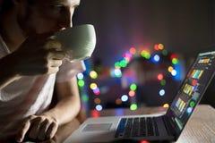 Vermoeide gebaarde zakenman die laat aan laptop in bureau D werken royalty-vrije stock fotografie