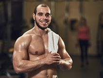 Vermoeide glimlachende sportman Royalty-vrije Stock Afbeeldingen