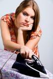 Vermoeide huisvrouw met elektrisch ijzer Royalty-vrije Stock Afbeeldingen