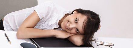 vermoeide jonge bedrijfsvrouwenslaap, zitting bij uw Bureau Royalty-vrije Stock Foto