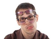 Vermoeide jonge mens die drie glazen draagt Royalty-vrije Stock Afbeelding