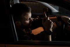 Vermoeide jonge mens die zijn auto drijven slapend binnen zijn uitgeputte auto, royalty-vrije stock foto's