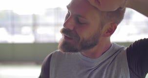 Vermoeide jonge volwassen mens die in het terugkrijgen van pauzeportret tijdens fitness sporttraining rusten Grunge industriële s stock video