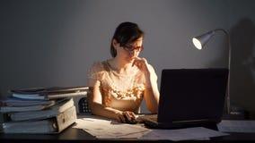 Vermoeide Jonge Vrouw die in een Bureau Till Night werken stock footage