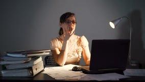 Vermoeide Jonge Vrouw die Till Night werken stock footage