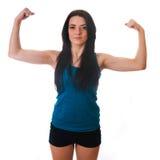 Vermoeide jonge vrouwenzitting op bodybuilder royalty-vrije stock afbeelding