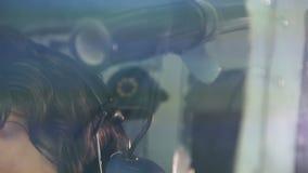 Vermoeide kapitein die van lijnvliegtuig informatie doorgeven aan verzender door radio stock videobeelden