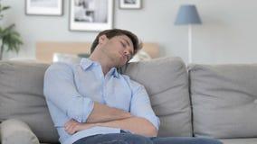 Vermoeide Knappe Jonge Mensenslaap terwijl het Zitten op Laag stock video