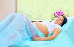 Vermoeide maar nog gelukkige vrouw tijdens bevalling in het ziekenhuis stock afbeelding