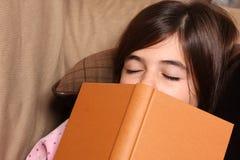 Vermoeide meisjeslaap Stock Afbeeldingen