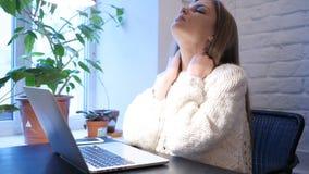 Vermoeide Meisjesontwerper Relaxing Muscles, terwijl het Werken aan Laptop stock footage