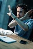 Vermoeide mens in bureau gesturing einde royalty-vrije stock afbeeldingen