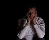 Vermoeide mens die depressie op donkere achtergrond tonen Stock Foto's