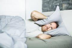 Vermoeide mens in het bed royalty-vrije stock afbeeldingen