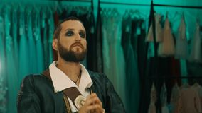 Vermoeide mens in kostuum voor spiegel stock video