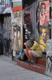 Vermoeide mens op een trap royalty-vrije stock foto
