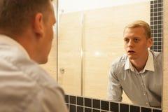 Vermoeide mens tijdens strijd met verslaving stock afbeelding