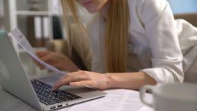 Vermoeide onderneemsterslaap op de laag in het bureau met laptop stock footage