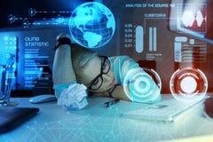 Vermoeide programmeur die een dutje hebben terwijl het zijn bij het uitgeputte werk en voelen Stock Foto's