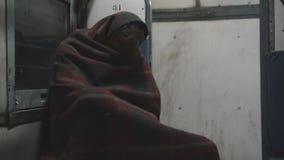 Vermoeide reiziger op trein, India stock footage