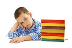 Vermoeide schooljongen met het leren van moeilijkheden Royalty-vrije Stock Afbeelding