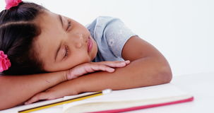 Vermoeide schoolmeisjeslaap op het boek stock video
