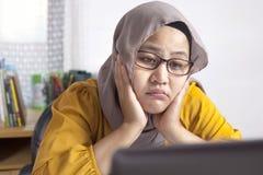 Vermoeide Slaperige Moslimonderneemster Waiting voor Haar laptop royalty-vrije stock foto