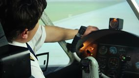 Vermoeide slaperige proefzitting in cockpit en het dromen over ontspanning, droefheid stock videobeelden